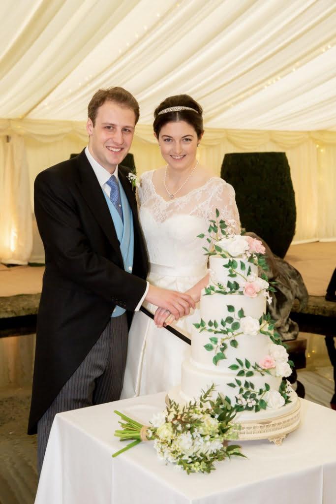 Bluebell-Kitchen-kent-wedding-cakes-cake-cutting